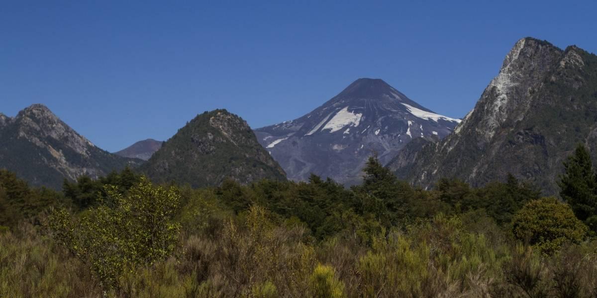 Encuentran con vida a dos excursionistas que fueron al volcán Lanín