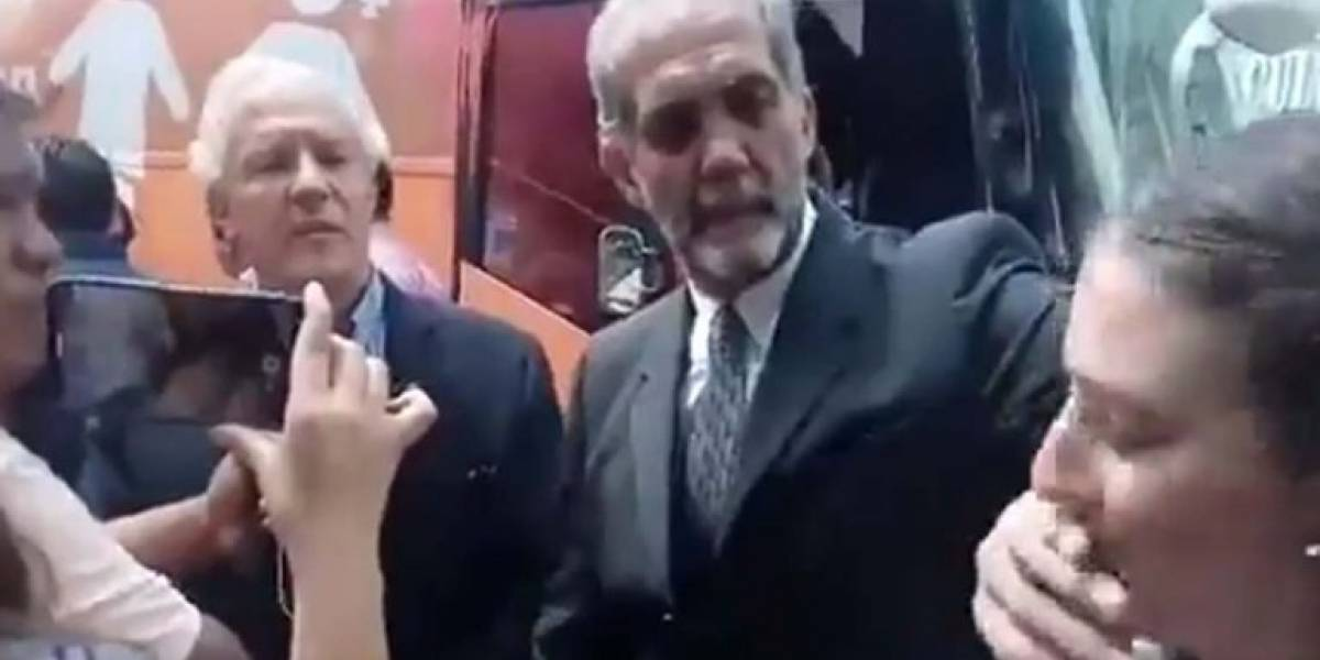 VIDEO: Presidente de ConFamilia tapa la boca a mujer por cuestionarlo sobre matrimonio gay