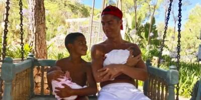 Cristiano Ronaldo posta primeira foto com os três filhos