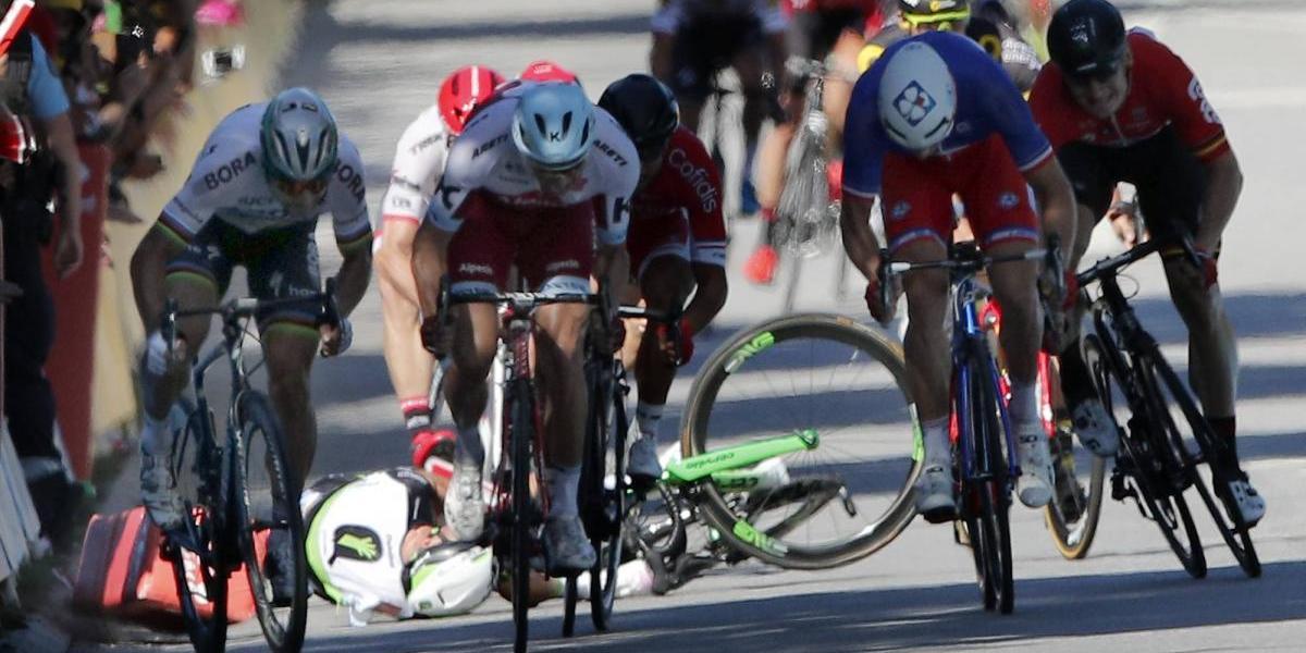 Descalifican a ciclista del Tour de Francia por codazo