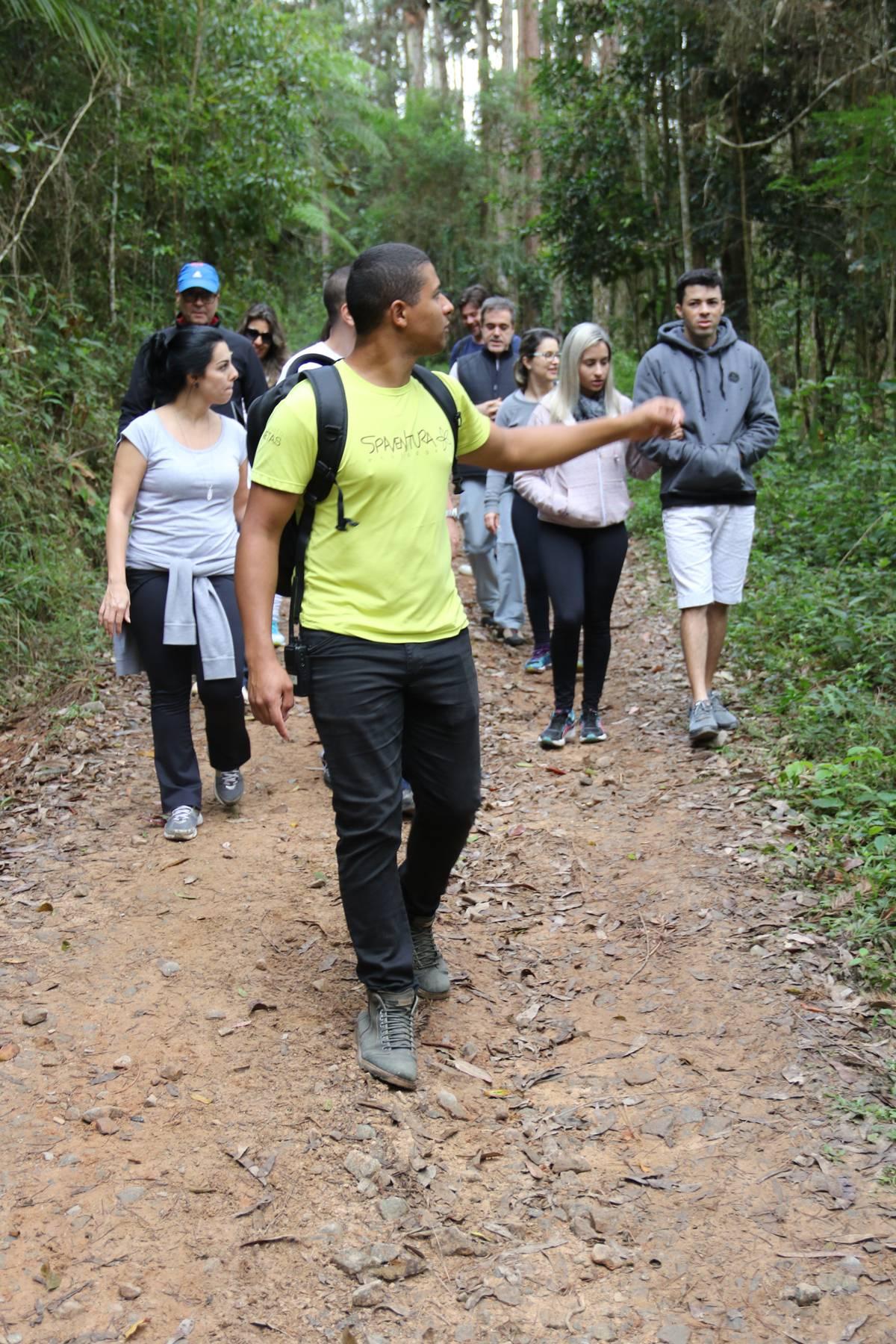 Guia conduz hóspedes que buscam aventuras por trilhas na mata | Eliane Quinalia