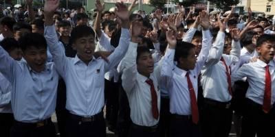 Estudiantes norcoreanos celebran lanzamiento de misil