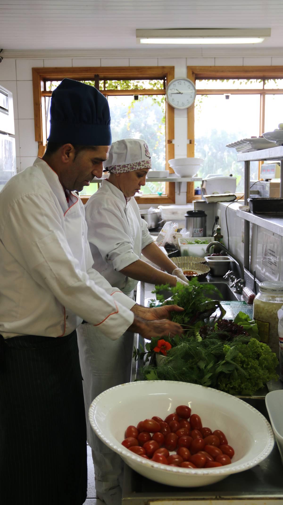 Alimentos colhidos pela manhã são levados à cozinha, selecionados, limpos e servidos | Eliane Quinalia