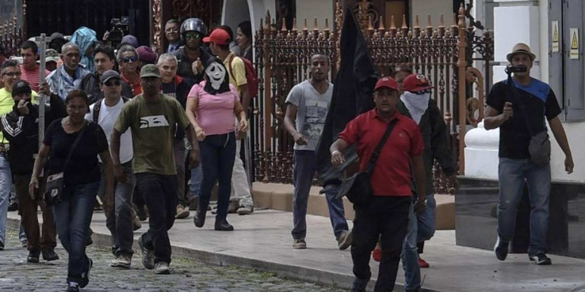 Chavistas irrumpen con violencia en el Parlamento de Venezuela y hieren a diputados