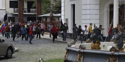 Oficialistas atacan Parlamento de Venezuela