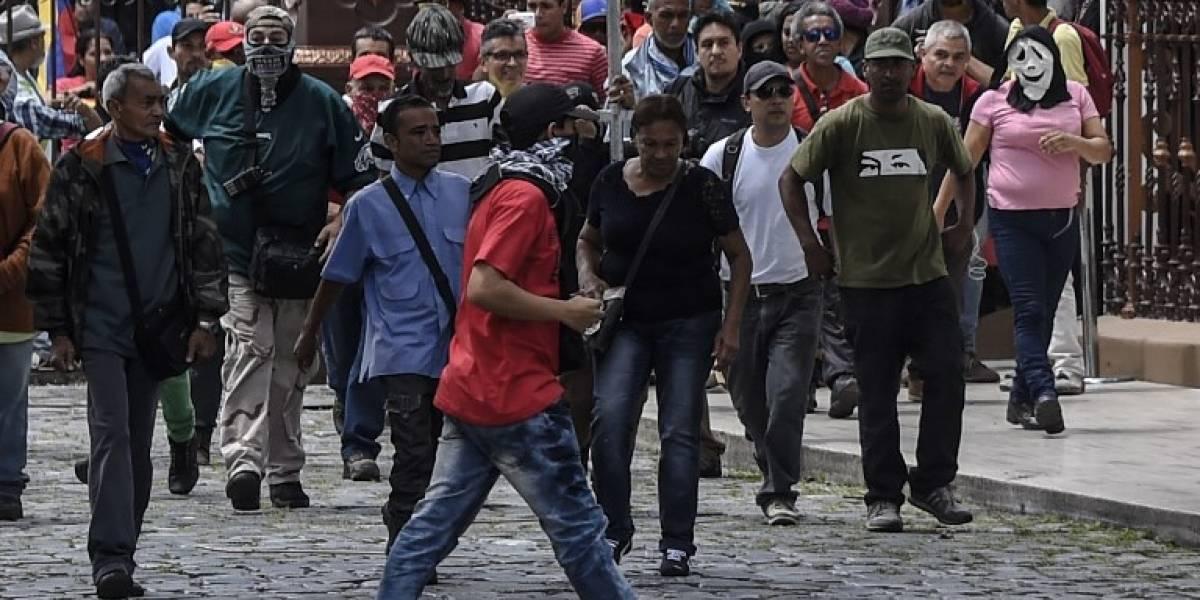 EN IMÁGENES. Atacan el Parlamento venezolano y hieren a diputados