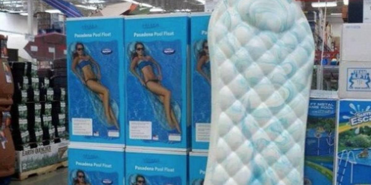 ¿Es una enorme toalla femenina? El flotador que se transformó en fenómeno viral por su inusual forma