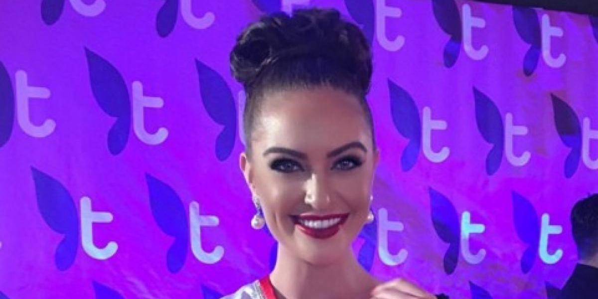 Miss Canadá explota sus poderosos atributos con una transparencia de cuerpo completo