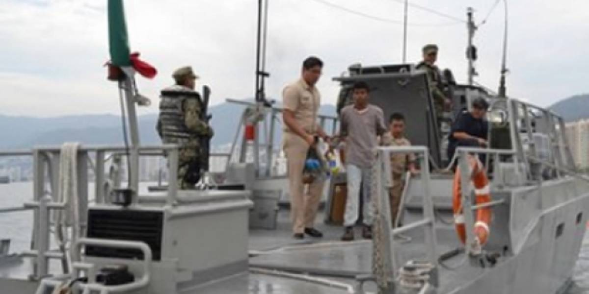 Marinos rescatan a cinco pescadores que naufragaban en costas de Guerrero