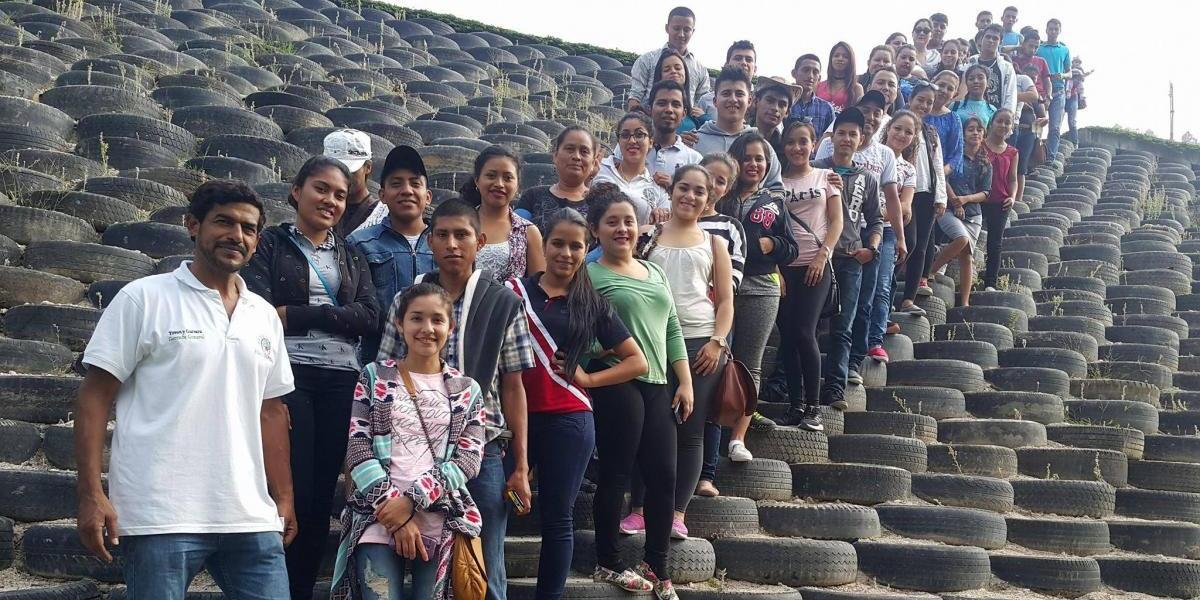 Joven guatemalteco crea el muro ecológico de llantas más grande del mundo y pide tu ayuda