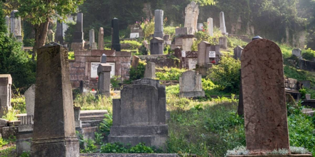 Siete personas lesionadas tras caer en una tumba en panteón de Iztapalapa