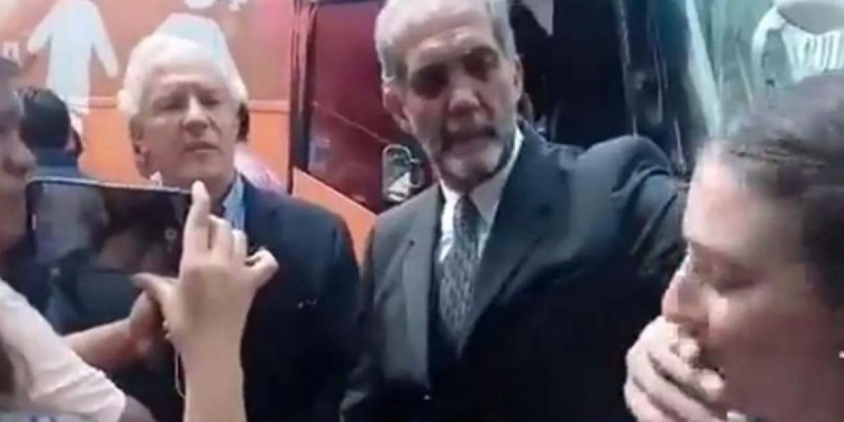 'Tengo la mano muy larga', presidente de ConFamilia trata de justificar taparle la boca a mujer