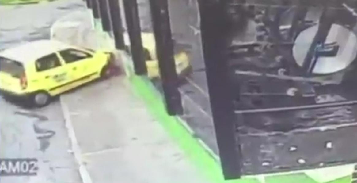 Una mujer que aparentemente estaba aprendiendo a manejar se estrelló contra un gimnasio