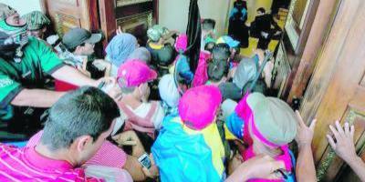 Colectivos chavistas asedian Asamblea Nacional de Venezuela — En vivo