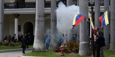 Diputados heridos por un ataque de civiles armados contra el Parlamento — Venezuela