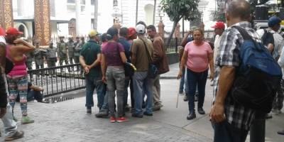 Seguidores de Maduro atacan el parlamento venezolano