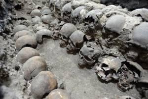 Torre de cráneos hallada en México