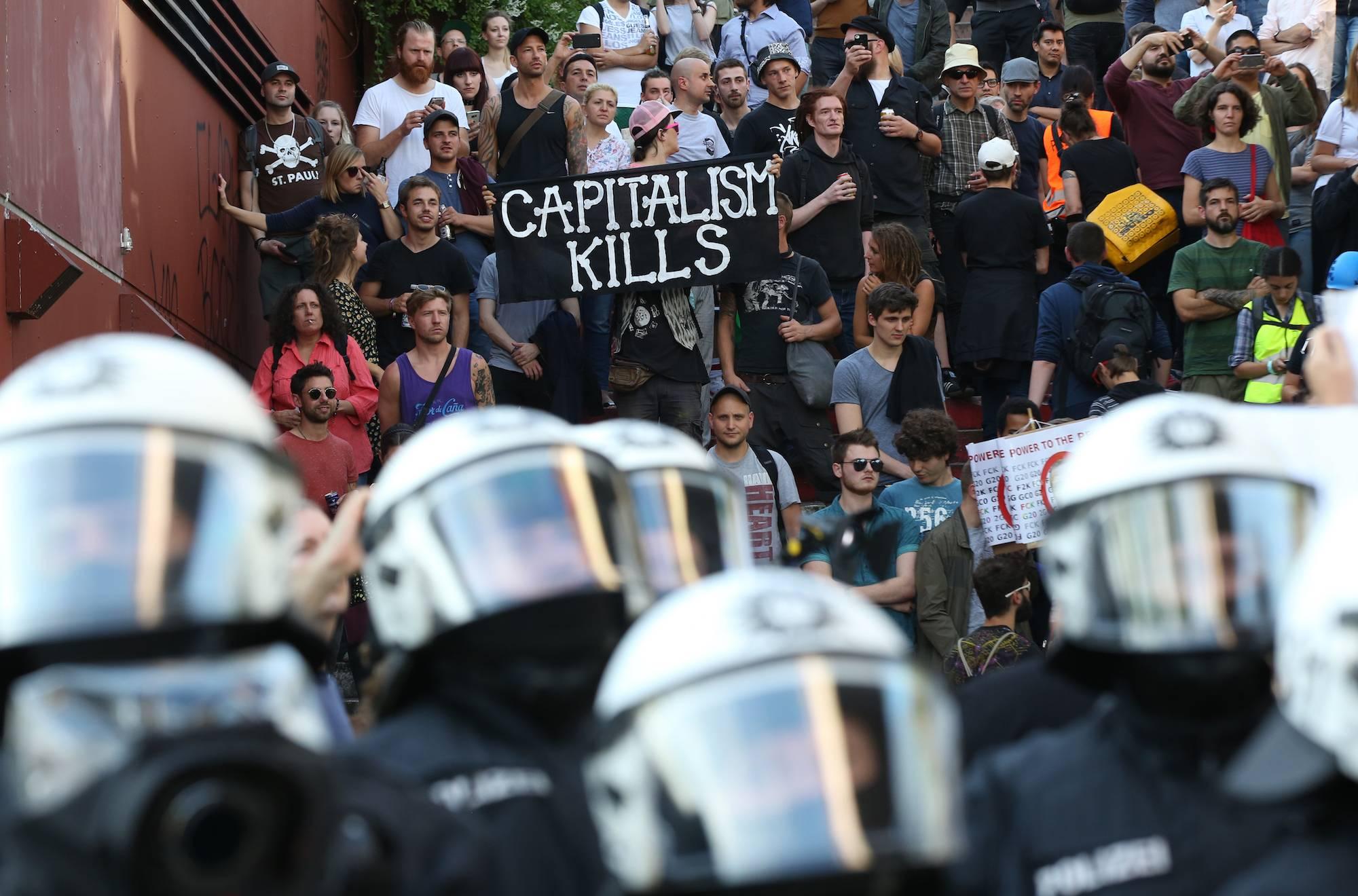 Las autoridades intentan controlar las protestas con chorros de agua y gases lacrimógenos. / AP
