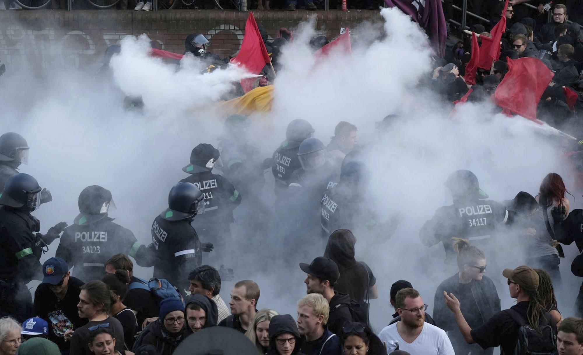 Las autoridades intentaron controlar las protestas con chorros de agua y gases lacrimógenos. / AP