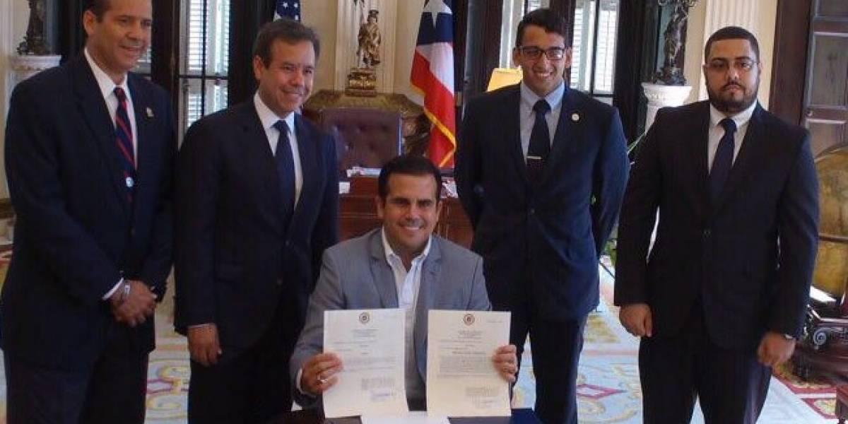 Gobernador convierte en ley medidas legislativas para sumar fondos a UPR