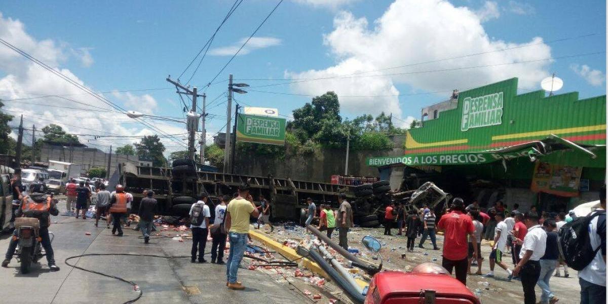 EN IMÁGENES. Dos heridos y caos vial tras volcar tráiler en ruta al Atlántico
