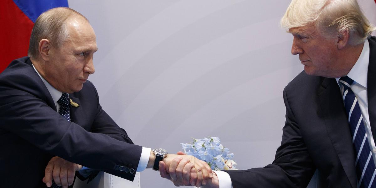 Sonrisas y apretones de mano en encuentro Trump y Putin