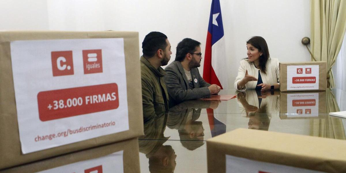 """Iguales entregó firmas en rechazo a la llegada de bus con """"mensaje transfóbico"""" a Chile"""