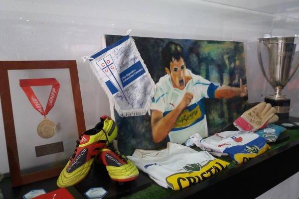 Un cuadro de Milovan Mirosevic entre medallas y trofeos. Parte del Tour & Museo Cruzado / Pablo Serey Correa