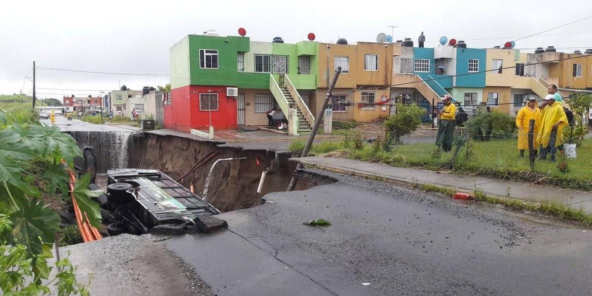 Tras intensas lluvias se abre socavón en Veracruz y cae autobús de pasajeros