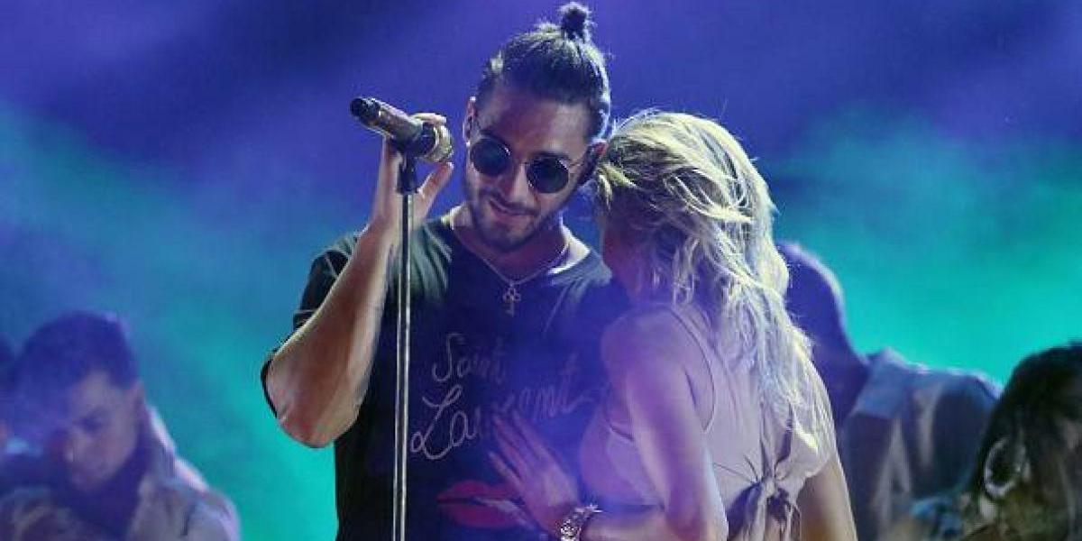 Maluma se besa apasionadamente con una misteriosa mujer