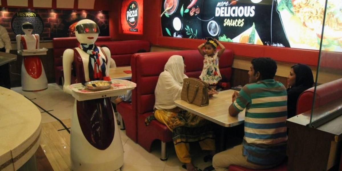 Meseras robot de una pizzería causan furor en Pakistán