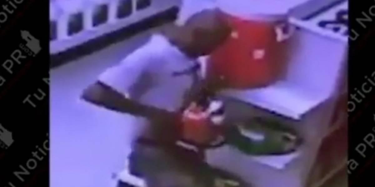 Hombre se esconde una sierra eléctrica debajo de su camisa y se la roba