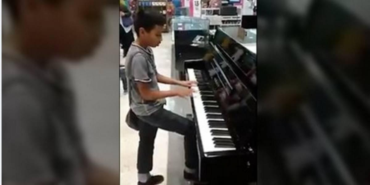 ¿Lo conocen? Liverpool busca a niño que tocó el piano en una de sus tiendas