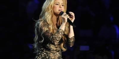 Shakira se CONFUNDE a sí misma con su DOBLE
