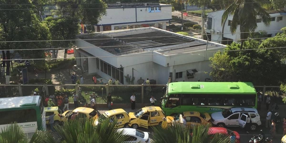 ¡Como un dominó! Se chocaron seis taxis en vía de Cartagena