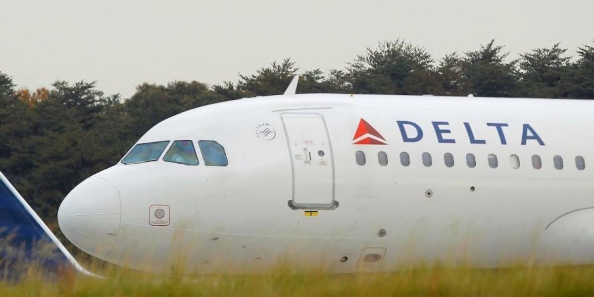 Azafata rompe botella en cabeza de pasajero que quizo salir del avión