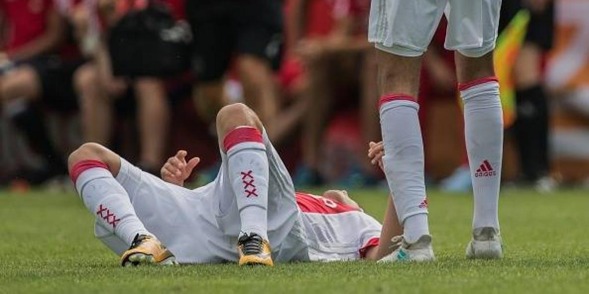 Dramático: futbolista del Ajax se desploma en amistoso y obliga a suspenderlo