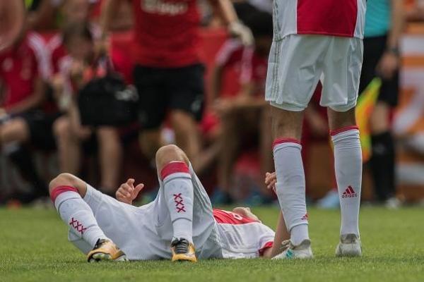 Abdelhak Nouri cae desplomado / Getty Images