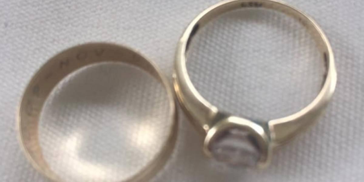 Usuarios buscan a mujer que olvidó anillo de compromiso en el AICM