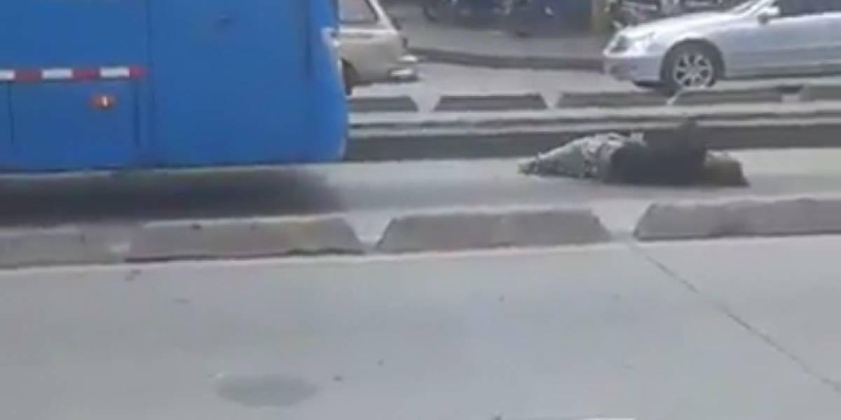 Video: habitante de la calle se le lanzó al MIO, en Cali, y este lo atropelló