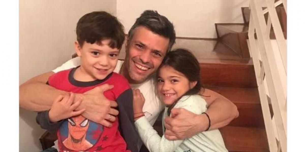 Esta es la primera imagen de Leopoldo López fuera de prisión y en familia