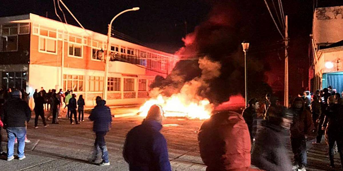 Turba ataca comisaría de Puerto Natales en protesta por golpiza a joven en riesgo vital