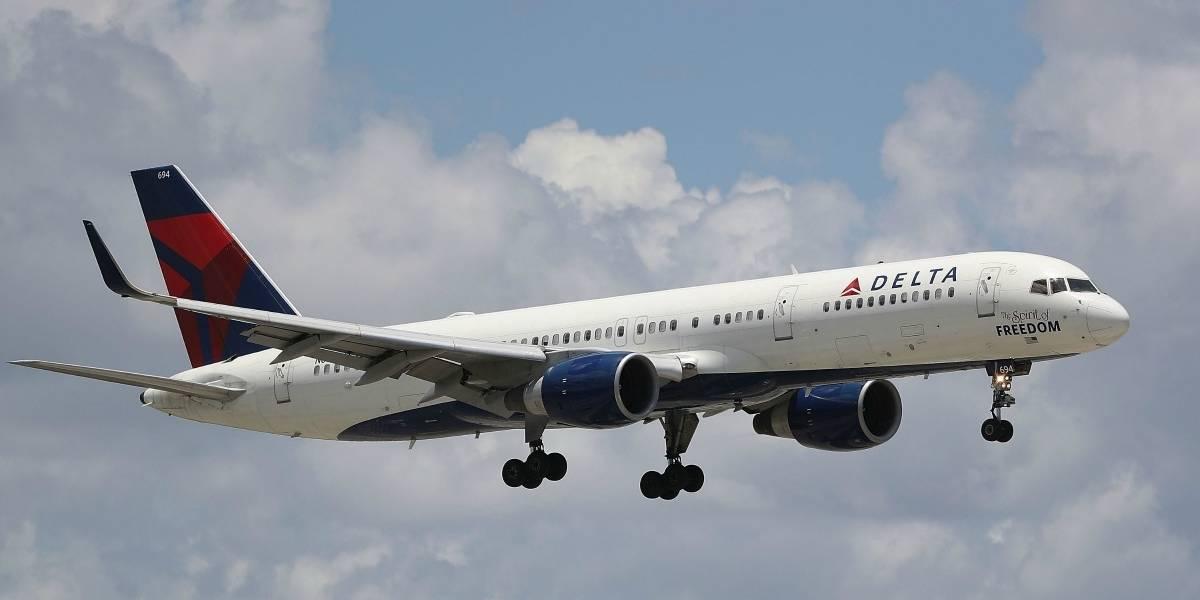 """Quiso abrir puerta del avión en pleno vuelo y azafata lo """"evitó"""" rompiéndole una botella de vino en la cabeza"""