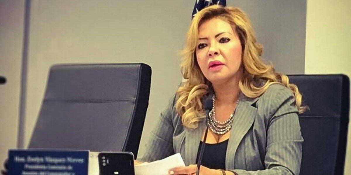 Ofendido Sunshine Logroño con pose de senadora Evelyn Vázquez ante féretro de Shorty Castro