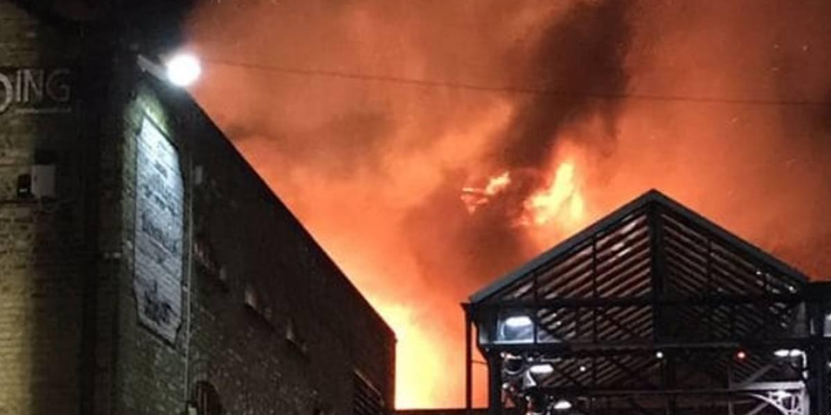Reportan gran incendio en popular mercado Camden Lock de Londres