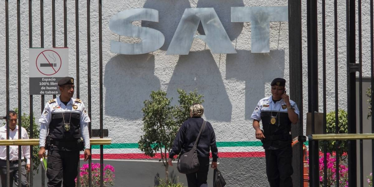 SAT destituye a administrador de aduanas por recibir sobornos