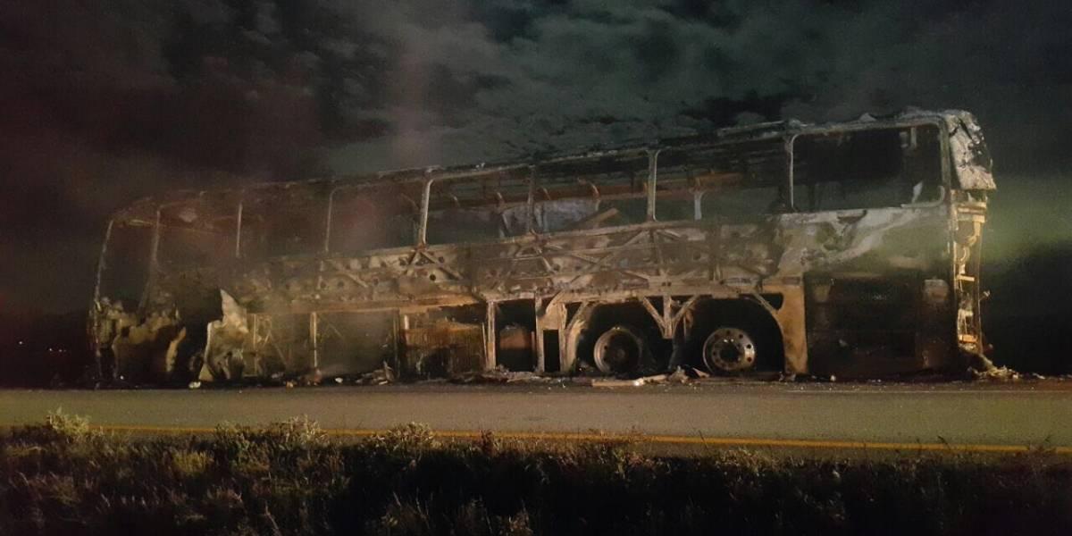 Se incendia camión de pasajeros en Galeana, Nuevo León