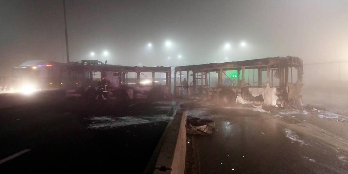 Desconocidos incendian buses del Transantiago y bloquean el paso en plena Autopista Central