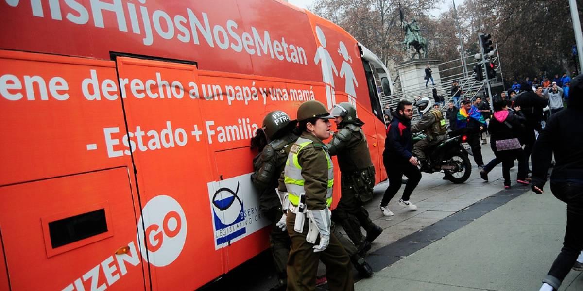 """""""Bus de la libertad"""" desata manifestaciones en su paso por La Moneda"""