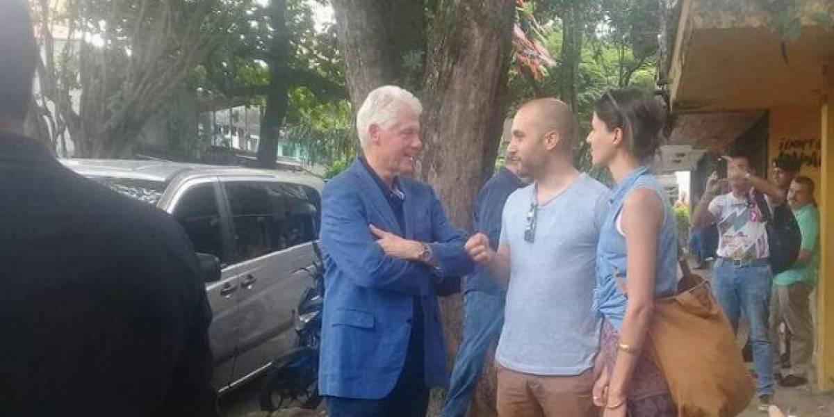 Bill Clinton ya está en Medellín y recorre las calles de El Poblado
